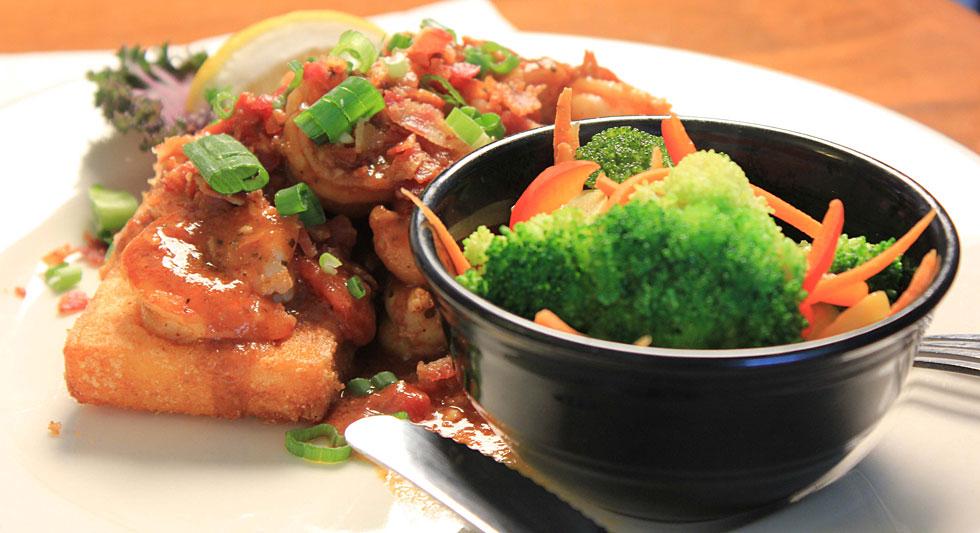 Shrimp on toast with veggies